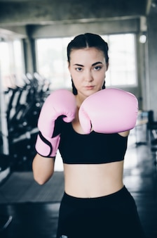 ファイターの女の拳が閉じます。手袋にまっすぐ焦点を当てる