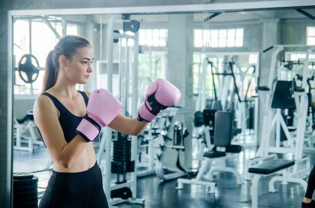 ジムのトレーニングで魅力的な女性のボクサー
