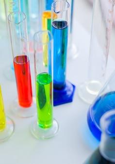 テーブルの上の研究室でバキュテナーまたは試験管