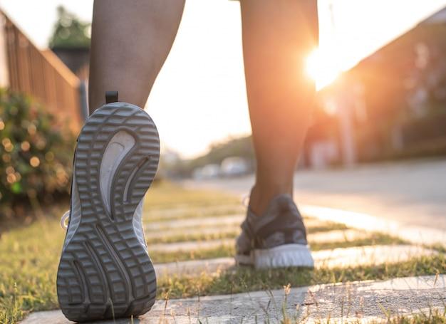 Крупным планом подготовки обуви к бегу