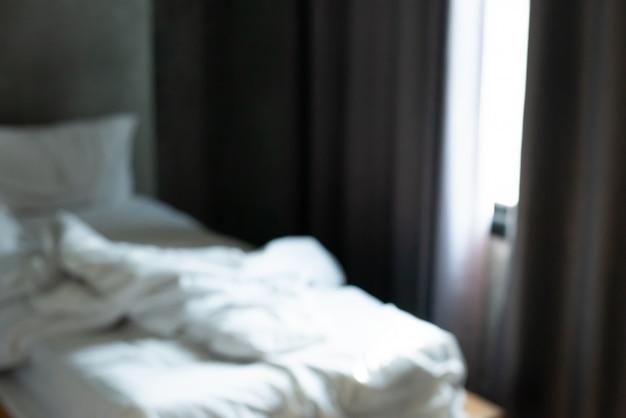 デフォーカスぼかしのモダンなベッドルームのインテリアの抽象的な背景