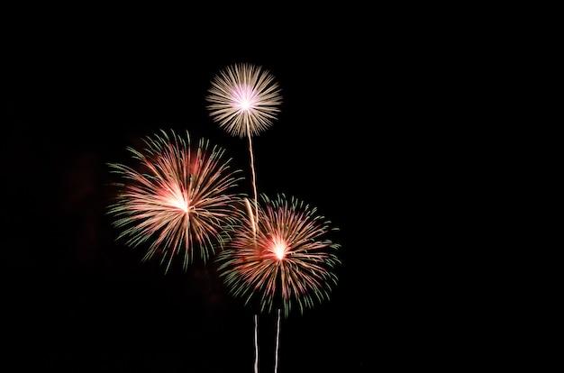 テキスト用の空き容量と黒い空を背景にカラフルな花火