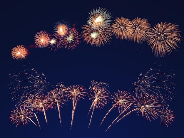 黒い空にカラフルな花火。お祝いや記念日のコンセプト