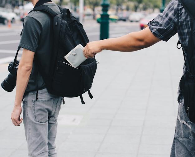 後ろのポケットから財布を盗む