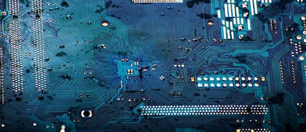 ボード上の青い回路のクローズアップ