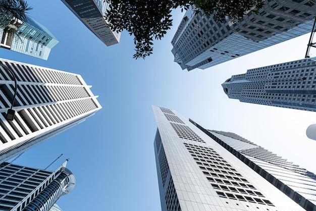 Современные бизнес-небоскребы, высотные здания, архитектура, поднимающаяся в небо, солнце.