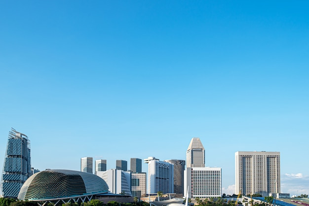 シンガポールのクローズアップショップの高層ビル