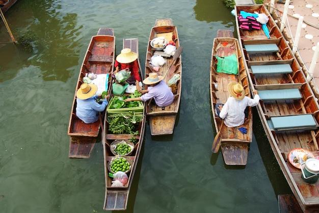 観光客のための浮遊市場で取引をする売り手