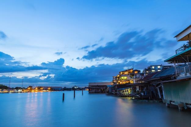 タイのバンコクにあるチャオプラヤー川の夕日