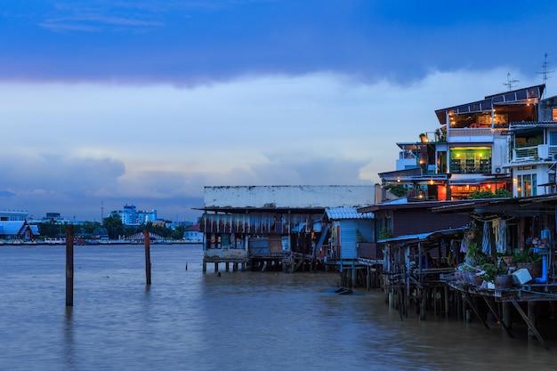 チャオプラヤー川のリバーサイドコミュニティ、雨雲