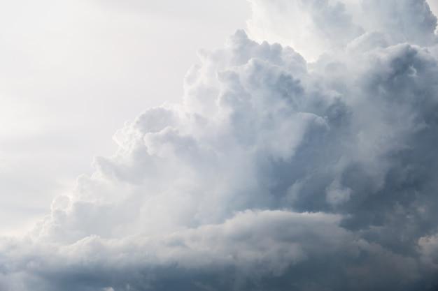 Черно-белые облака и небо, когда идет дождь.