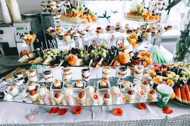 デザートを含むビュッフェ式テーブル