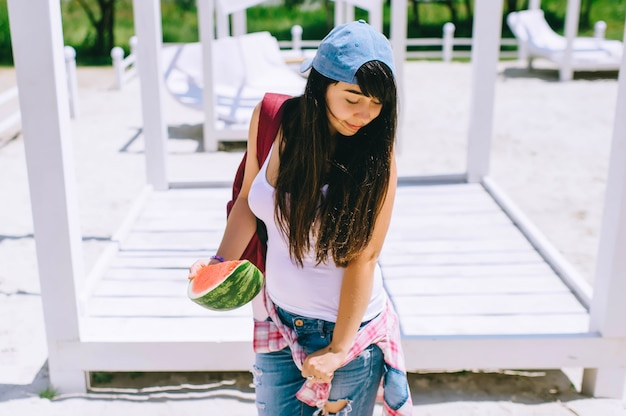 彼女の手にスイカと公園で美しい若い女の子の肖像画