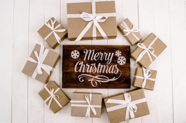 クリスマスの組成白い背景の上のクリスマスプレゼント