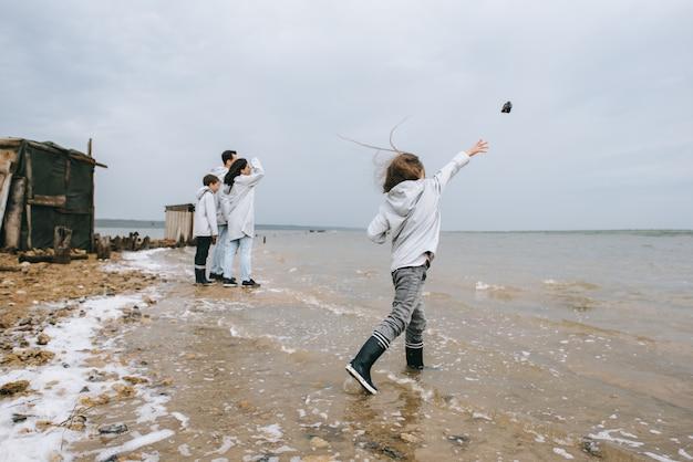 Молодая семья развлекается возле казарм на озере