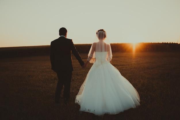 Свадебная пара с закатом