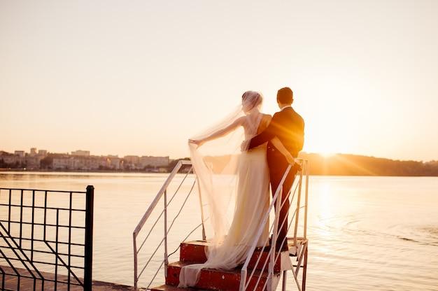 Счастливая пара стоит на пирсе