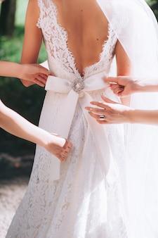 花嫁介添人ドレス、美しいレースのウェディングドレスの詳細