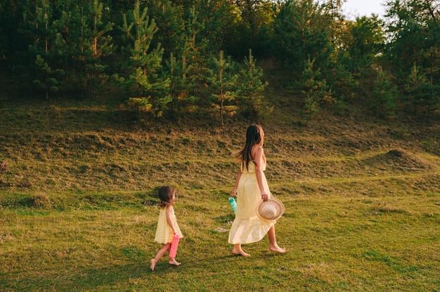 若い母親と娘の屋外