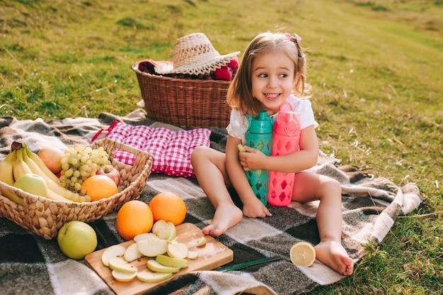 Красивая маленькая девочка на пикнике