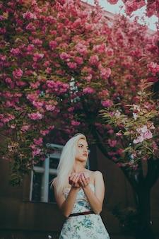 Женщина позирует для фото в саду