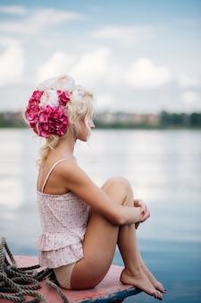 女性が港で写真にポーズ