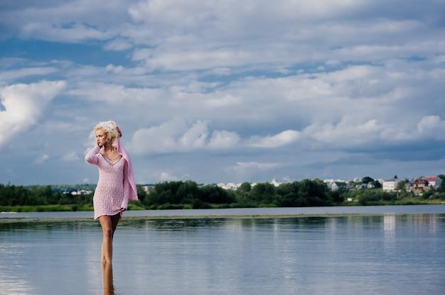 Женщина позирует для фото на пляже