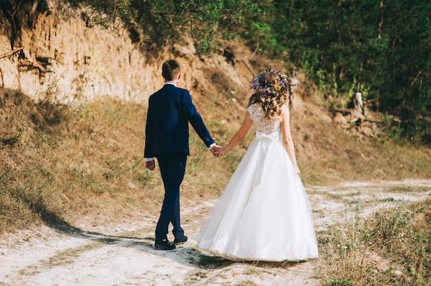 結婚式のカップルが歩いて