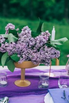花と装飾が施された屋外の美味しいテーブル