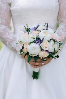 紫色のバラとブライダルブーケ