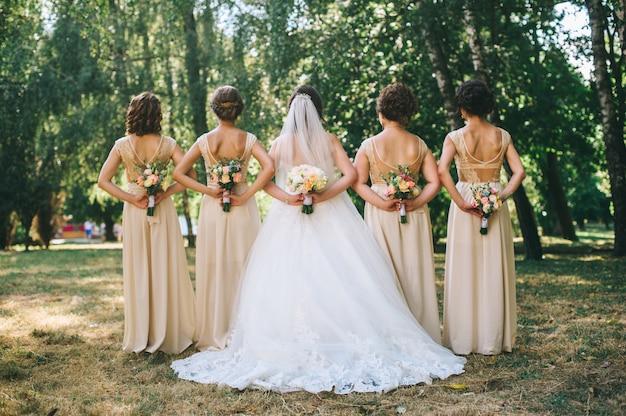花嫁とブライドメイドのブーケのクローズアップ