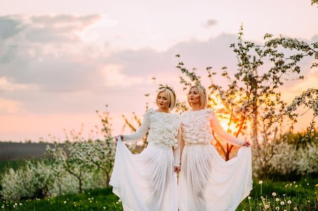 Две сестры-близнецы в вишневом саду