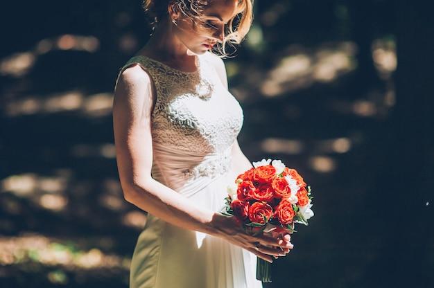 結婚式の花の花束を持って花嫁