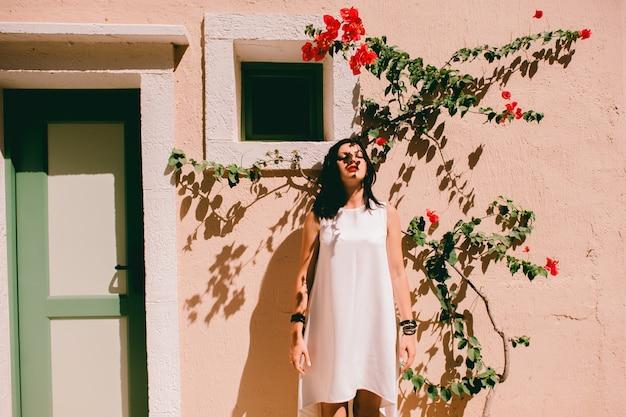壁の近くの美しい少女