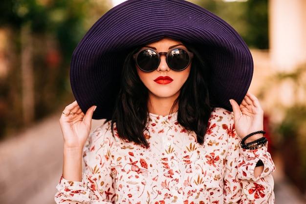 Модная девушка в большой шляпе