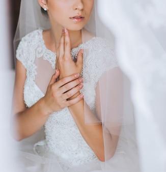 花嫁の手に宝石商のブレスレット