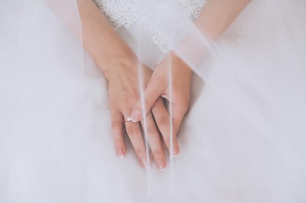 女性は彼女の美しい指輪を試着