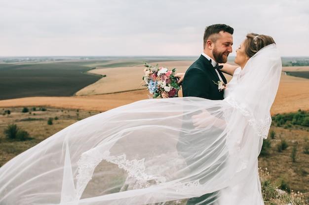少女とウェディングドレスを探しているカップルの肖像画