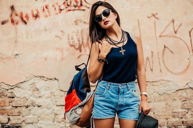 Девушка с черной шляпой