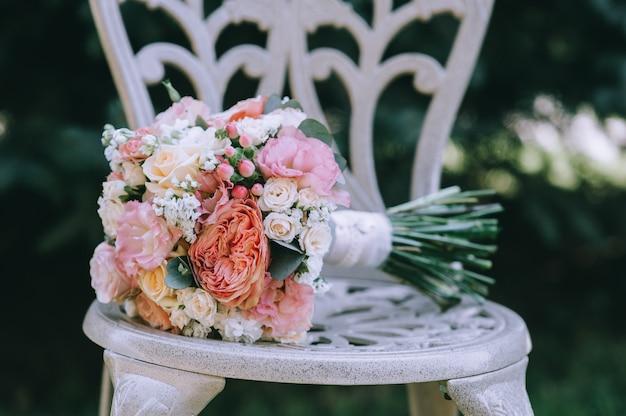 Свадебные букеты цветов на стуле