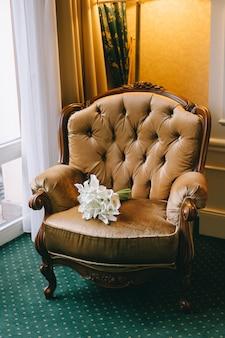 Свадебные букеты цветов на кресле