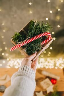 Руки женщины готовятся к рождеству