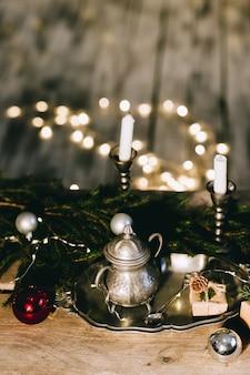木製のテーブルのクリスマスの装飾