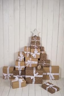 白い表面上のクリスマスプレゼント
