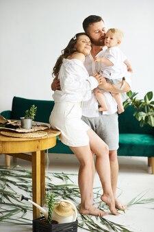 Счастливая семья работает дома. пересадка растений с ребенком