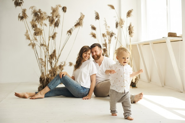 葦と白い背景の上の子供と自宅で遊んで幸せな家族