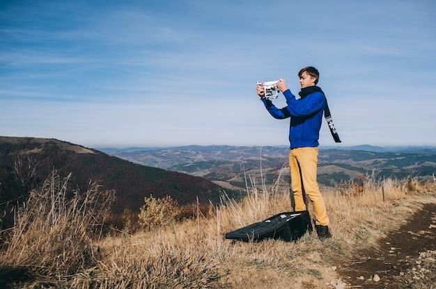Мужчина держит гул для аэрофотосъемки. силуэт против заката небо