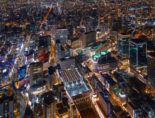 夜の梅田(大阪)駅と大阪市内の空撮。