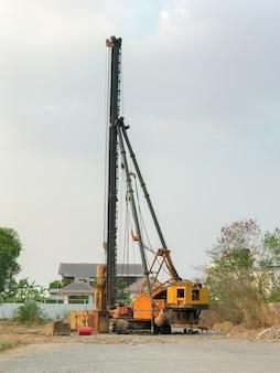 建設現場の基礎杭打ち機
