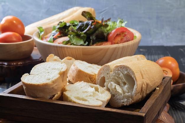 パンとグリーンオークレタスのサラダのクローズアップ